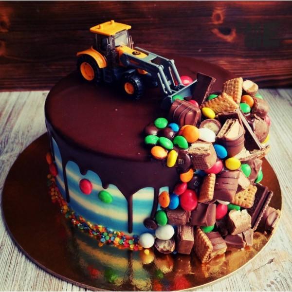 Торт с трактором и сладостями