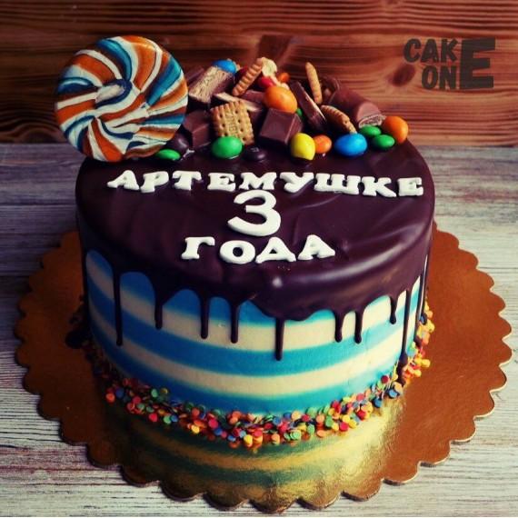 Полосатый торт со сладостями и глазурью