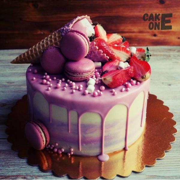 Торт с макарунами и вафельным рожком
