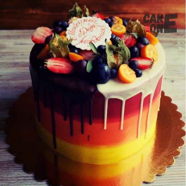 Разноцветный торт с ягодами