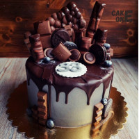 Серый торт с россыпью шоколадных конфет