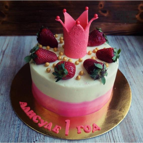 Торт с розовой короной и клубникой