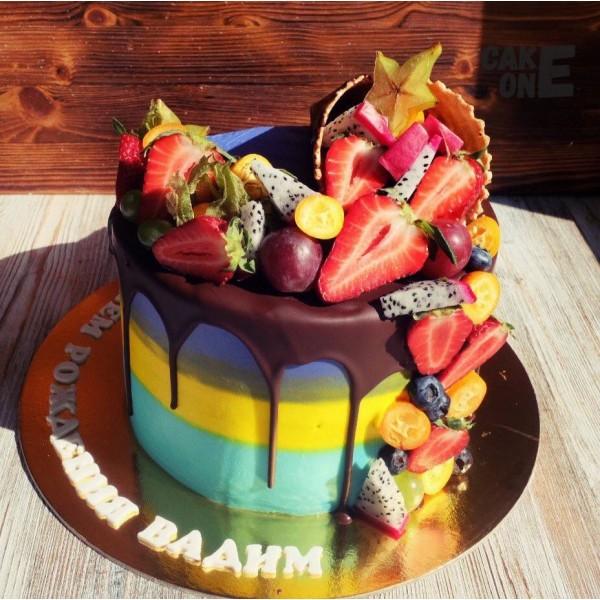 Разноцветный торт с вафельным рожком