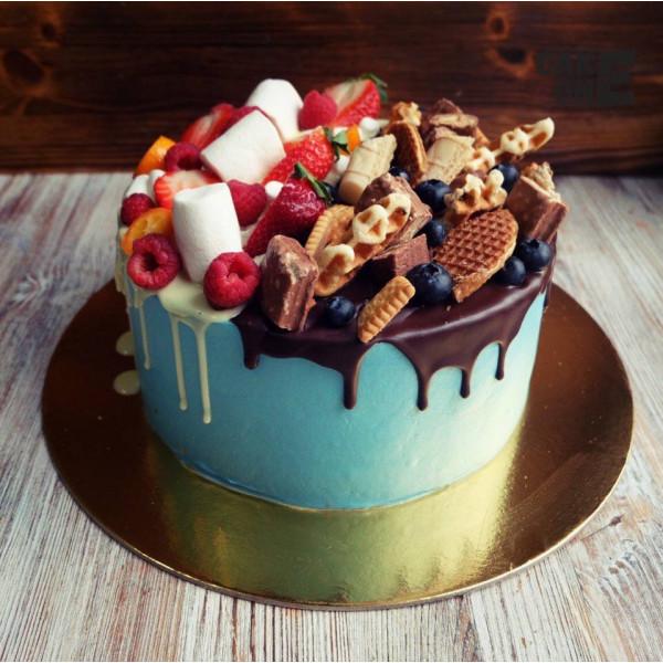 Голубой торт с печеньем и ягодой