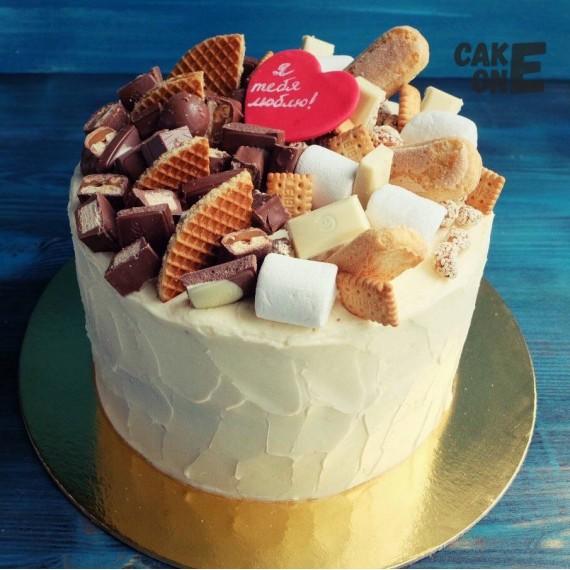 Торт со сладостями и красным сердечком
