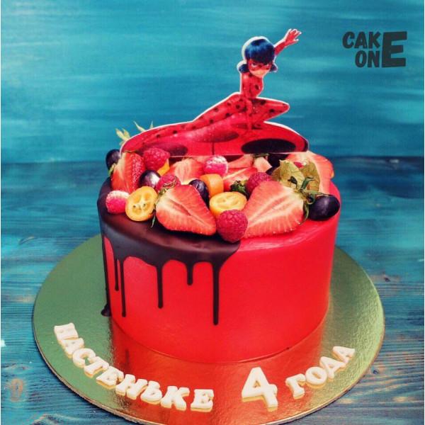 """Красный торт с """"Леди Баг"""""""