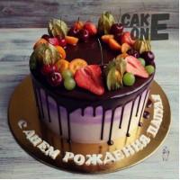 Сиреневый торт с ягодой