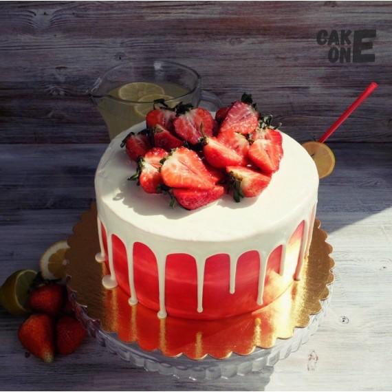 Красный торт с белой глазурью
