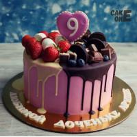 Сиреневый торт с клубникой и печеньем
