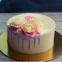Белый торт с кремовыми розами