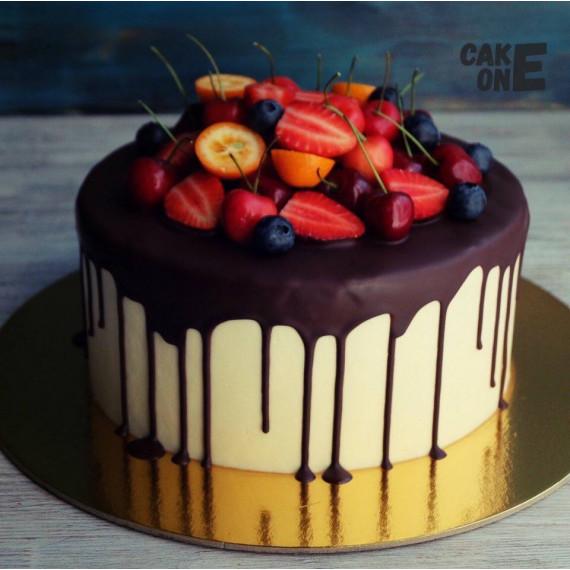 Белый торт с ягодой
