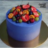 Синий торт с ягодой