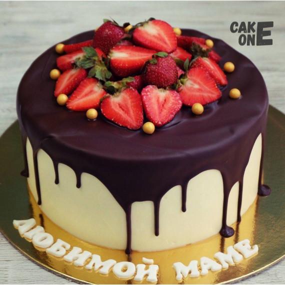 Торт с шоколадной глазурью и клубникой