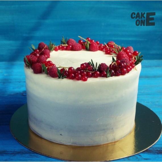 Белый торт с ягодным венком