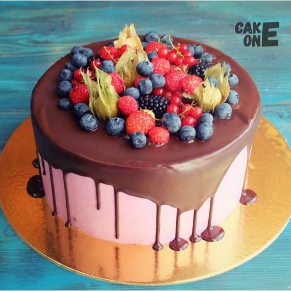 Розовый торт с ягодой
