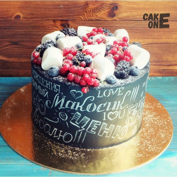 Торт с ягодой и черной меловой доской