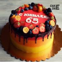 Трехцветный торт с ягодным венком