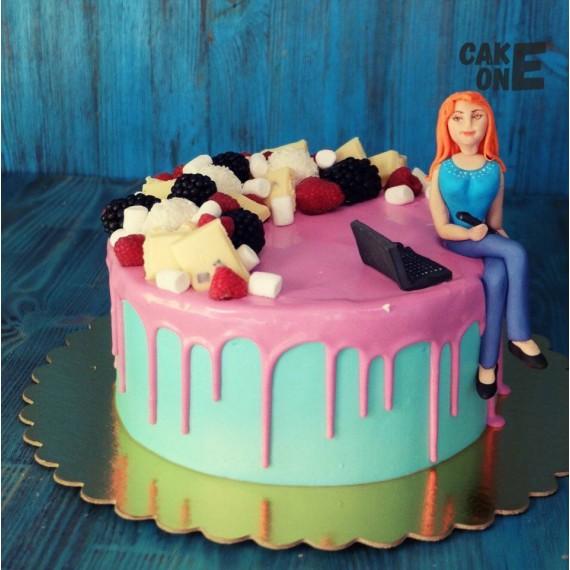 Торт с компьютером и девушкой