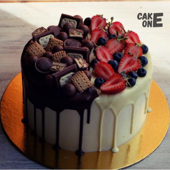 Торт с ягодой и печеньем