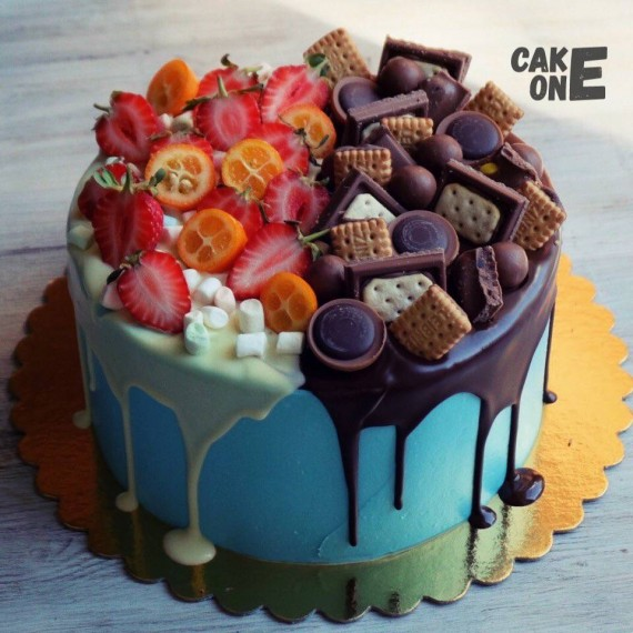 Голубой торт с ягодой и печеньем