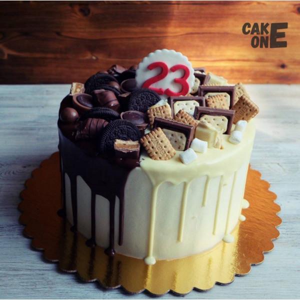 Торт с двухцветной глазурью и печеньем