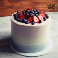 Высокий серо-розовый торт с ягодой