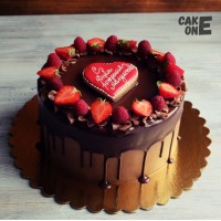 Шоколадный торт с красным сердцем
