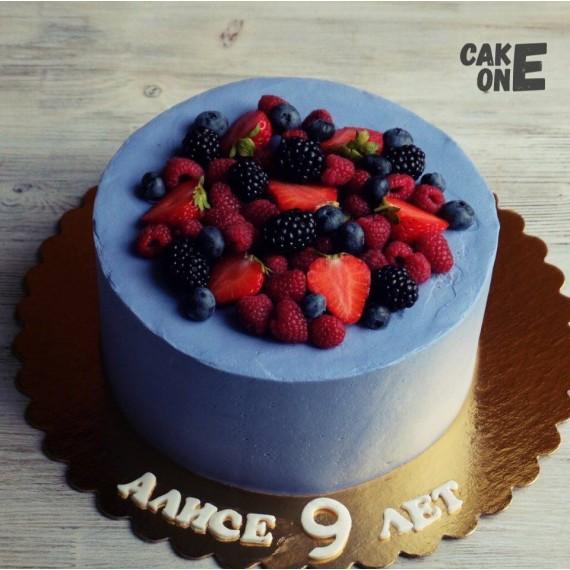 Голубой торт с ягодой