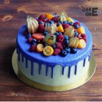 Торт с голубой глазурью и ягодой