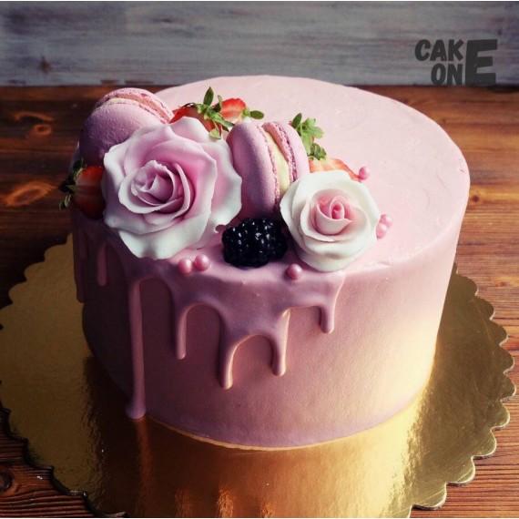Розовый торт с розами и макарунами