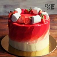 Красный торт с клубникой и маршмеллоу