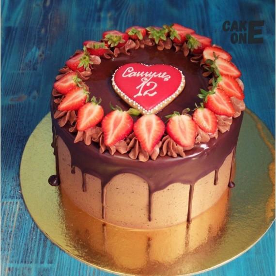 Шоколадный торт с венком из клубники