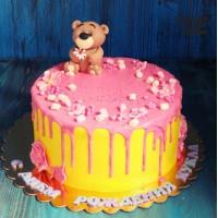 Желтый торт с розовой глазурью и медведем