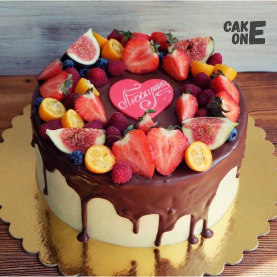 Торт с шоколадной глазурью и красным сердечком