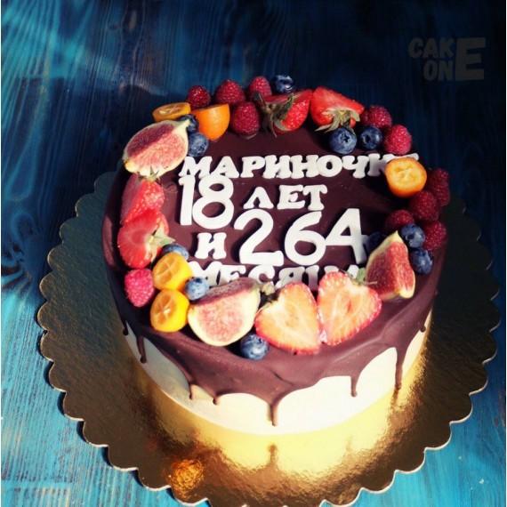 Торт с ягодой и шоколадной глазурью