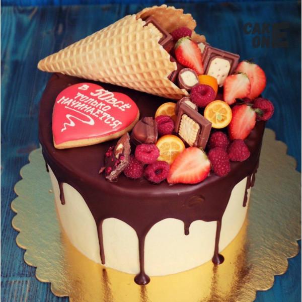 Торт с вафельным рожком и сердечком