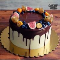 Торт с шоколадной глазурью и венком из ягод