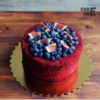 Красный торт с ягодой