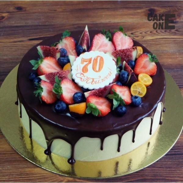 Торт с ягодой на 70 лет
