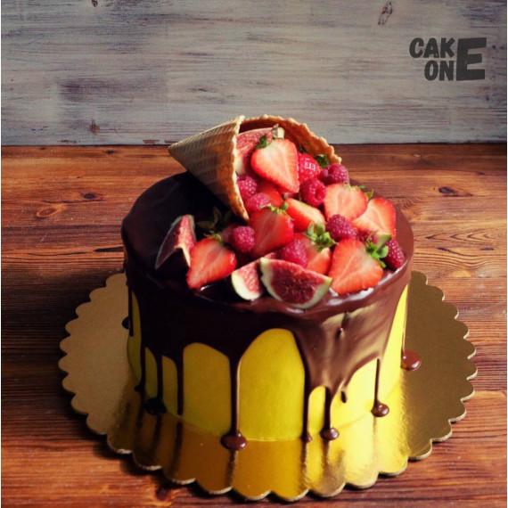 Желтый торт с вафельным рожком и ягодой