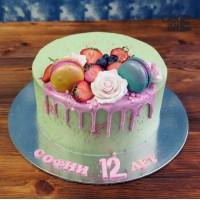 Зеленый торт с макарунами и цветами