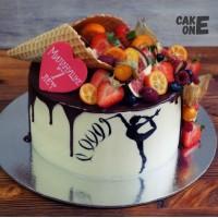 Торт с силуэтом гимнастки и вафельным рожком