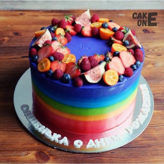 Торт-радуга с ягодным венком