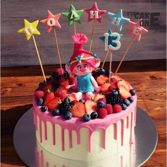 Торт с троллем и ягодой