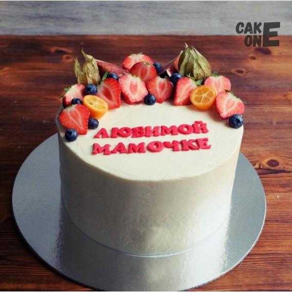 Белый торт с ягодой для мамы