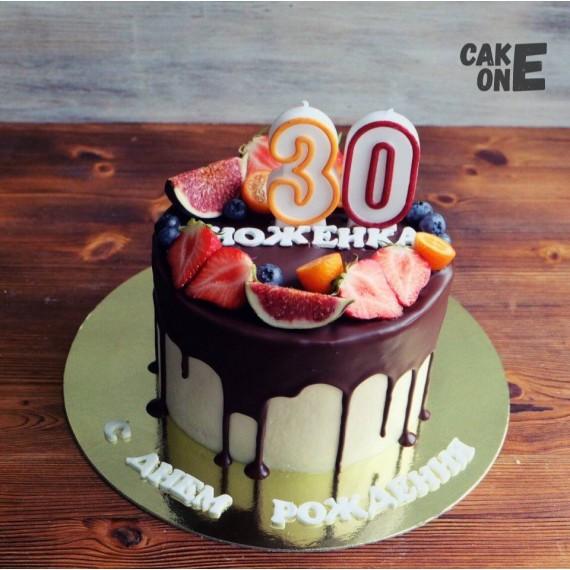 Торт на 30 лет с ягодой и глазурью