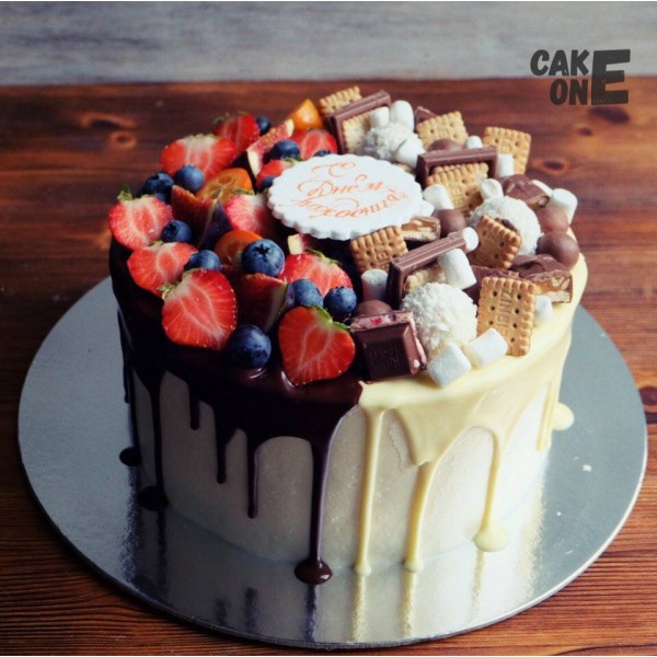 Торт с двухцветной глазурью и сладостями