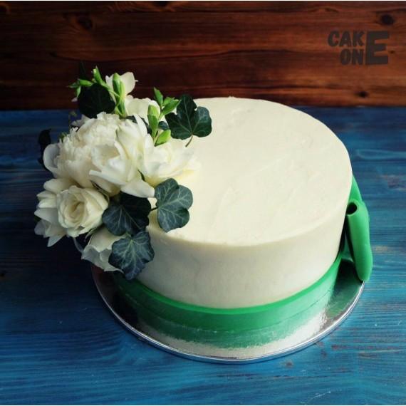 Торт с цветами и зеленым бантом