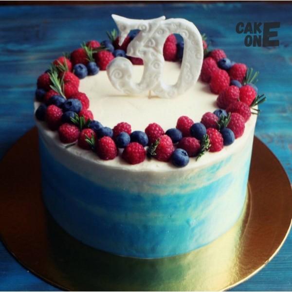Голубой торт с ягодным венком