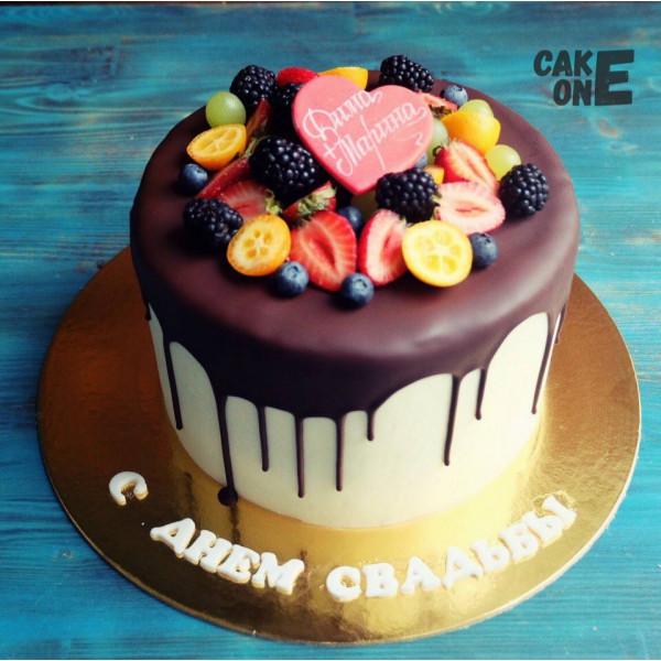 Торт с шоколадной глазурью и ягодой